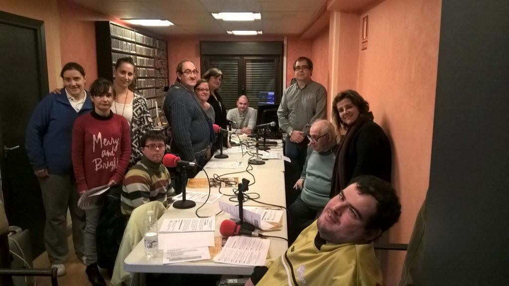 Foto de grupo: El equipo de 'NUESTRA VOZ' posa con la alcaldesa de Autol, Caty Bastida; el responsable de RADIO AUTOL, José Ignacio Díaz Aldagalán; el gerente de la 'Asociación Igual a Ti', Roberto Rodríguez; y Yolanda Sánchez y Sonia Fuentes, profesionales del Centro Áncora.
